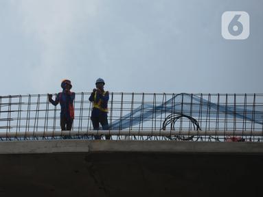 Pekerja menyelesaikan proyek pembangunan jalan layang (flyover) Cakung, Jakarta, Kamis (28/1/2021). Bina Marga DKI Jakarta akan melakukan uji coba penggunaan flyover dengan biaya pembangunan  Rp 261 miliar tersebut pada Febuari mendatang. (merdeka.com/Imam Buhori)