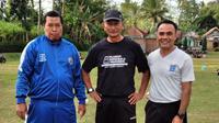 Djoko Susilo bersama Rudi Hariantoko dan Mahmudiana, dua sahabat yang juga mantan asisten pelatih di PSCS Cilacap dan Persiwa Wamena. (Bola.com/Gatot Susetyo)