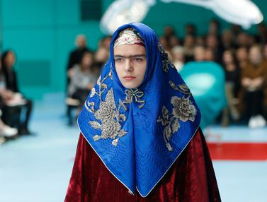 Model Berhijab Melenggang di Fashion Show Gucci