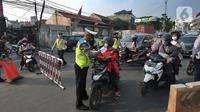 Petugas polisi memeriksa kelengkapan Surat Tanda Registrasi Pekerja  (STRP) bagi pengendara bermotor pada pos  perpanjangan Pemberlakuan Pembatasan Kegiatan Masyarakat (PPKM) Jalan Raya Ir.H.Djuanda, depan Sandratex, Tangerang Selatan, Kamis (15/07/2021). (merdeka.com/Arie Basuki)