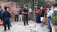 Tiga pria tewas diduga karena menghirup gas beracun dan tenggelam ke dalam saluran drainase kabel Telkom di Jalan Permata Raya, Perumahan Taman Royal, Kecamatan Cipondoh, Kota Tangerang, Kamis (7/10/2021).