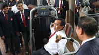 Ketua Umum KONI Tono Suratman mencoba alat Fitnes di Senayan, Jakarta, Senin (11/1/2016). Fitnes Center KONI Pusat ini dikhushkan untuk atlet Indonesia.(Bola.com/Nicklas Hanoatubun)