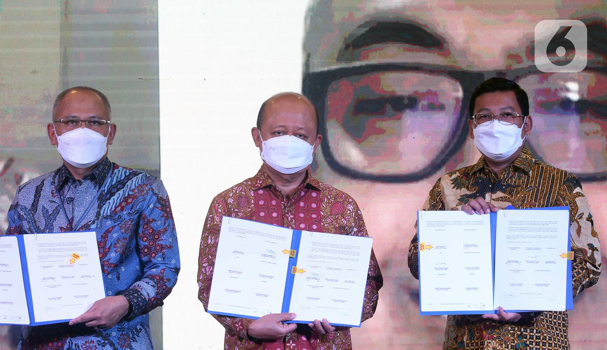 (ki-ka) Dirut RNI Arif Prasetyo Adi, Dirut PT Pupuk Indonesia Bakir Pasaman dan Direktur Human Capital Perum Bulog, Purnomo Sinar Hadi memperlihatkan MoU pembentukan Indonesia Food & Fertilizer (IFF) Research Institute dan IFF Learning Institute di Jakarta, Rabu (16/6/2021). (Liputan6.com/HO/Alwi)