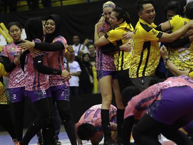 Para pevoli PGN Popsivo merayakan kemenangan atas Jakarta Pertamina Energi pada final Proliga 2019 di GOR Among Rogo, Yogyakarta, Sabtu (23/2). Popsivo menang 3-2 atas Pertamina. (Bola.com/Yoppy Renato)