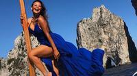 Indah Kalalo saat berlibur ke Pulau Capri, Italia. (dok. Instagram @indahkalalo/https://www.instagram.com/p/B3UChHsIceW/Putu Elmira)