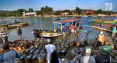 Para nelayan sibuk menurunkan ikan hasil tangkapannya di Tempat Pelelangan Ikan (TPI) Palangpang, Ciletuh, Sukabumi, Jawa Barat, (23/9). TPI Palangpang menjadi salah satu sentra pasar ikan laut di kawasan Sukabumi Selatan. (Merdeka.com/Arie Basuki)