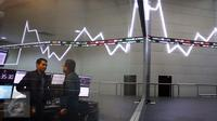 Pekerja berbincang di dekat layar indeks saham gabungan di BEI, Jakarta, Selasa (4/4). Pada pemukaan indeks harga saham gabungan (IHSG) hari ini naik tipis 0,09% atau 4,88 poin ke level 5.611,66. (Liputan6.com/Angga Yuniar)