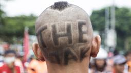 Suporter Persija Jakarta, The Jakmania, dengan rambut unik saat akan menonton laga Liga 1 melawan Mitra Kukar di Senayan, Jakarta, Minggu (9/12). Persija berpeluang besar menjadi juara jika berhasil menang. (Bola.com/Vitalis Yogi Trisna)