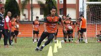 M. Roby dkk. saat latihan bersama tim Persiraja Banda Aceh di Stadion H. Dimurthala, Banda Aceh. (Bola.com/Gatot Susetyo)
