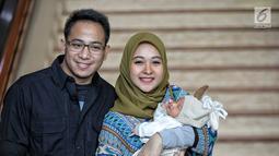 Artis Poppy Bunga berpose bersama suaminya Muhammad Arkandra Malik Riphat dan anak keduanya usai memberi keterangan pers di RS Meilia, Depok, Jawa Barat, Jumat  (20/7). Poppy melahirkan anak laki-laki pada 17 Juli 2018. (Liputan6.com/Faizal Fanani)