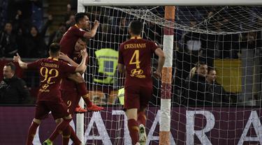 Selebrasi gol pertama AS Roma ke gawang Juventus pada laga lanjutan Serie A yang berlangsung di Stadion Olimpico, Roma, Senin (13/5). AS Roma menang 2-0 atas Juventus. (AFP/Filippo Monteforte)
