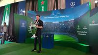 Legenda Juventus Alessandro Del Piero memamerkan trofi Liga Champions pada tur ke Bali. (Liputan6.com/Dewi Divianta)