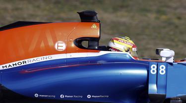 Pebalap Manor Racing, Rio Haryanto, membuat catatan waktu 1 menit 28,266 detik pada sesi pertama hari ke-4 tes pramusim di Sirkuit Catalunya, Barcelona, Spanyol, Kamis (25/2/2016). (Reuters/Sergio Pere)