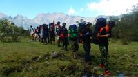 Sekelompok pendaki di Lembah Ramma, perbukitan di lereng Gunung Bawakaraeng, Gowa, Sulawesi Selatan. (Liputan6.com/Ahmad Yusran)