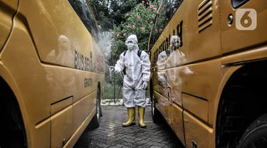 Sterilisasi Rutin Bus Sekolah Pengangkut Pasien Covid-19