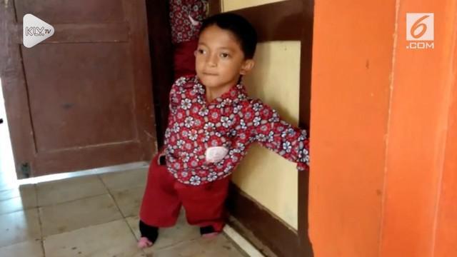Seorang bocah SD dari Sukabumi, Jawa Barat, tak pantang menyerah walah mempunyai kekurangan. Ia rela merangkak tiga kilometer demi bersekolah.