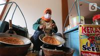 Pedagang membuat kerak telor di perkampungan Budaya Betawi, Setu Babakan, Jakarta, Sabtu (8/8/2020). Selama pandemi Covid-19 pedagang yang biasa mangkal di objek wisata tersebut sepi pembeli, namun mereka tetap bertahan untuk memenuhi kebutuhan hidup. (Liputan6.com/Fery Pradolo)
