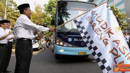 Citizen6, Jakarta: Direktur Utama PLN, Nur Pamudji melepas keberangkatan Mudik Asik Bareng PLN 2012 di Halaman Kantor PLN Pusat Jakarta pada, Jumat (17/8). (Pengirim: Agus Trimukti)