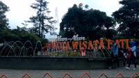 Suasana Alun - alun Kota Batu sebelum wabah Corona Covid-19. Sektor industri pariwisata terutama hotel dan penginapan pilih tutup mencegah risiko (Liputan6.com