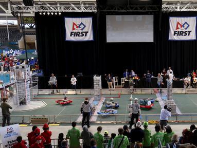 Sejumlah siswa SMA saat bertanding dalam kompetisi robot San Diego Regional FIRST Robotics di Del Mar, California (4/3). Kompetisi tahunan San Diego ke-10 ini diikuti oleh puluhan tim dari SMA di AS. (REUTERS / Mike Blake)