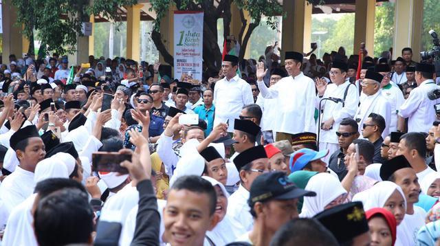 Presiden Joko Widodo menghadiri acara Pelepasan Kirab Santri dan Jalan Sehat Sahabat Santri di Alun-alun Sidoarjo, Jawa Timur, Minggu (28/10).