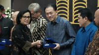 Menteri Keuangan Sri Mulyani memberikan penghargaan kepada Presiden Komisaris Emtek Group Raden Eddy Kusnadi Sariaatmadja, Selasa (13/3/2018). Perhargaan diberikan bagi wajib pajak yang berkontribusi besar dan taat kepada peraturan perpajakan. (Foto: DJP)
