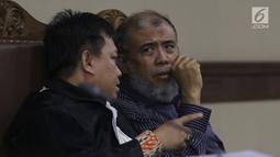 Mantan Hakim Mahkamah Konstitusi, Patrialis Akbar (kanan) saat menjalani sidang permohonan peninjauan kembali (PK) ke Mahkamah Agung di Pengadilan Tipikor, Jakarta, Kamis (25/10). Sidang mendengar pembacaan permohonan. (Liputan6.com/Helmi Fithriansyah)