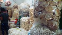Toko kemplang Palembang selalu dibanjiri pembeli terutama jelang Idul Fitri (Liputan6.com / Nefri Inge)