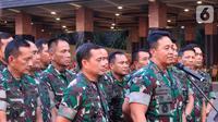 KSAD Jenderal TNI Andika Perkasa (kanan) memberi keterangan pers di Mabes TNI AD, Jakarta, Rabu (9/10/2019). (Liputan6.com/Pool/Dispen TNI AD)