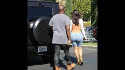 Atasan putih ketat itu membuat punggung Kim Kardashian terlihat jelas, Los Angeles, (19/10/14). (Dailymail)