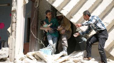 Relawan berusaha mengevakuasi bayi dari sebuah bangunan runtuh setelah serangan udara di wilayah yang dikuasai pemberontak al-Kalasa di kota Suriah bagian utara, Aleppo, Kamis (28/4). (AFP PHOTO / Ameer ALHALBI)