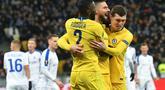 Perayaan gol Oliver Giroud pada leg kedua, babak 16 besar Liga Europa yang berlangsung di Stadion Stamford Bridge, London, Jumat (15/3). Chelsea menang 5-0 atas Dynamo Kiev. (AFP/Genya Savilov)