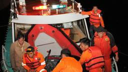Tim penyelamat kembali ke pelabuhan usai pencarian korban hilang KM Sinar Bangun yang tenggelam di Danau Toba, Sumatera Utara, Senin (18/6). Cuaca buruk memaksa tim penyelamat sempat menunda pencarian. (AFP Photo/Lazuardy Fahmi)