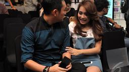 Ayu terlihat manja dengan lelaki tersebut. Ia duduk sangat dekat dan senantiasa menempel dengan lelaki tersebut, Jakarta, Kamis (18/9/2014) (Liputan6.com/Panji Diksana)