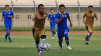 Persib B saat beruji coba melawan Persib senior di Stadion Si Jalak Harupat, Soreang. (Bola.com/Erwin Snaz)