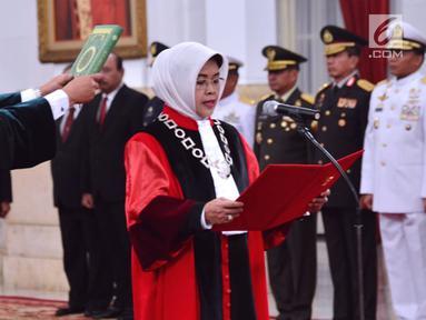 Mantan Kepala BPHN Kemenkumham, Enny Nurbaningsih membaca sumpah jabatan saat pelantikan menjadi hakim Mahkamah Konstitusi (MK) di Istana Negara, Jakarta, Senin (13/8). Enny menggantikan Maria Farida yang habis masa jabatannya. (Liputan6.com/Biropers)