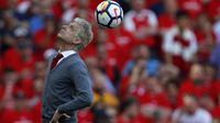 Salah satu aksi Arsene Wenger menyundul bola saat laga Arsenal melawan Burnley di Emirates Stadium, London, (6/5/2018). Arsene Wegner mengumumkan mundur sebagai pelatih setelah 22 tahun bersama Arsenal. (AFP/Adrian Dennis)