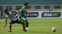Penyerang Persebaya, Samsul Arif (kanan) berebut bola dengan bek Persikabo 1973, Firza Andika dalam laga pekan kedua BRI Liga 1 2021/2022 di Stadion Wibawa Mukti, Cikarang, Sabtu (11/09/2021). Persebaya menang 3-1. (Foto: Bola.com/Bagaskara Lazuardi)