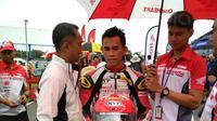 Pebalap Astra Honda Racing Team, Gerry Salim, saat mengikuti balapan ARRC 2017 di Sirkuit Buriram, Thailand, Sabtu (2/12/2017). Gerry Salim menjadi rider Indonesia pertama yang menjuarai ARRC kelas Asia Production 250. (Bola.com/Muhammad Wirawan)