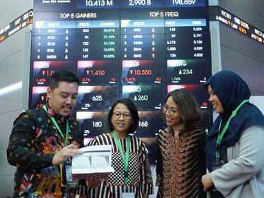 SVP of SMO and Communication PT Semen Indonesia Tbk, Ami Tantri (kedua kiri), didampingi GM Corcomm Sigit Wahono, GM of Marketing Johana Daunan investor Relation Febriandita Kusuma berbincang usai public expose di Gedung BEI, Jakarta, Rabu (21/8/2019). (Liputan6.com/HO/Eko)