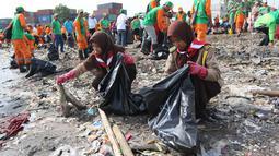 Siswa pramuka memasukan sampah ke dalam kantong saat melakukan Gerebek Sampah di Pesisir Teluk Jakarta, Cilincing, Jakarta Utara, Minggu (15/4). Kegiatan ini melibatkan 1.000 orang terdiri dari berbagai unsur masyarakat. (Liputan6.com/Arya Manggala)