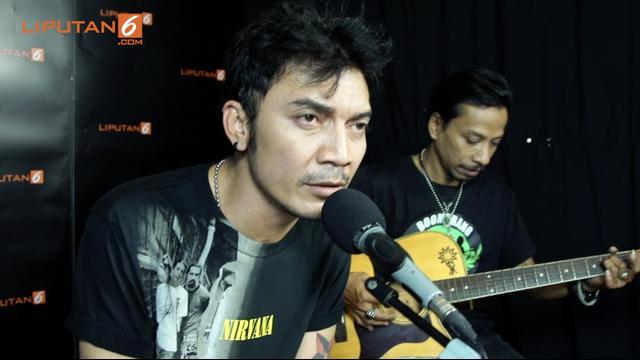 Boomerang membawakan salah satu lagu hitsnya yang berjudul Kisah.