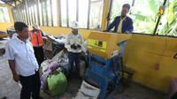 Penanganan sampah melalui program Padat Karya Tunai (PKT) atau biasa dikenal program Tempat Pengelolaan Sampah Reduce, Reuse, dan Recycle (TPS-3R). (Dok. Kementerian PUPR)
