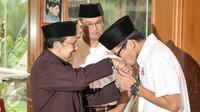 Sandiaga Uno mencium tangan Presiden ketiga RI, BJ Habibie, Jakarta, Kamis (26/1). Kunjungan Anies dan Sandi kepada Habibie untuk silaturahmi dan meminta doa restu. (Liputan6.com/Yoppy Renato)