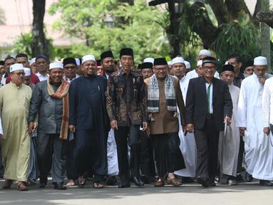 Presiden Joko Widodo (tengah) berjalan bersama ulama asal Provinsi Aceh usai pertemuan di Istana Negara, Jakarta, Selasa (5/3). Dalam pertemuan, Jokowi turut didampingi Menteri Agama Lukman Hakim Saifuddin. (Liputan6.com/Angga Yuniar)