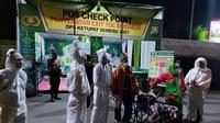 Aksi pocong di Sidoarjo untuk meminta warga patuhi prokes. (Dian Kurniawan/Liputan6.com)