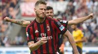 Pemain AC Milan, Ignazio Abate merayakan golnya ke gawang Hellas Verona pada lanjutan Serie A di San Siro stadium, Milan, (5/5/2018). AC Milan menang telak 4-1. (AFP/Miguel Medina)