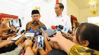 Presiden ketiga RI BJ Habibie (kiri) memberi keterangan kepada wartawan saat mengunjungi Presiden Joko Widodo atau Jokowi di Istana Merdeka, Jakarta, Jumat (24/5/2019). Dalam pertemuan tersebut Habibie mengucapkan selamat kepada Jokowi karena memenangkan Pilpres 2019. (Liputan6.com/Angga Yuniar)