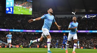 Gelandang Manchester City, Riyad Mahrez, merayakan gol yang dicetaknya ke gawang Chelsea pada laga Premier League di Stadion Etihad, Manchester, Sabtu (23/11). City menang 2-1 atas Chelsea. (AFP/Paul Ellis)