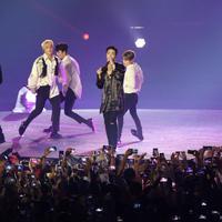 Boy band Korea Selatan, iKON tampil menghibur penonton pada upacara penutupan Asian Games 2018 di Stadion Gelora Bung Karno, Jakarta, Minggu (2/9). Mereka membawakan lagu Love Scenario dan Rhthym Ta. (Liputan6.com/Helmi Fithriansyah)
